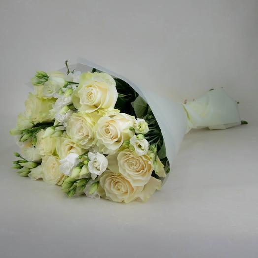 Нежный букет из роз и лизиантусов