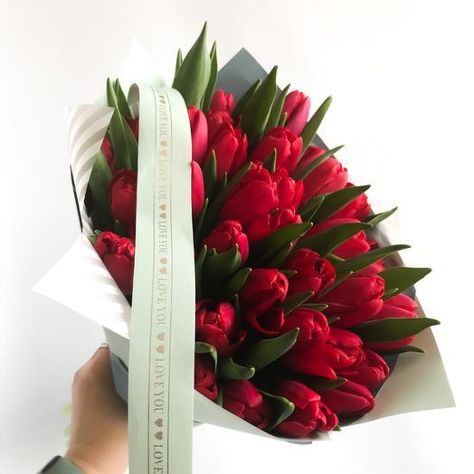 51 алый тюльпан: букеты цветов на заказ Flowwow