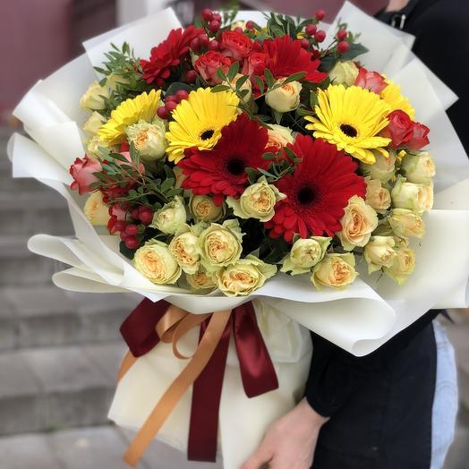 Букет из гербер и кустовой розы Карнавал