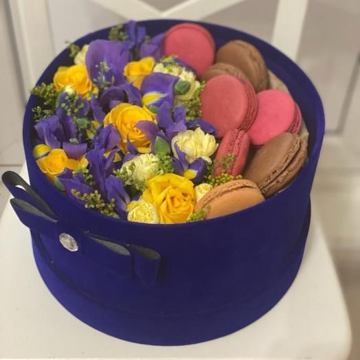 Цветы и макарунс в коробке