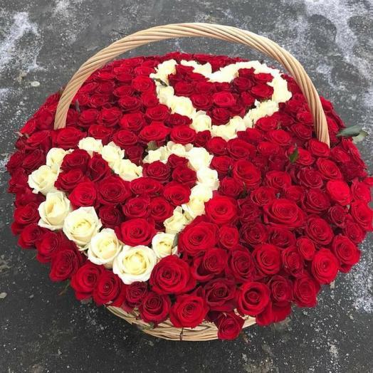 Корзина с розами в форме сердца
