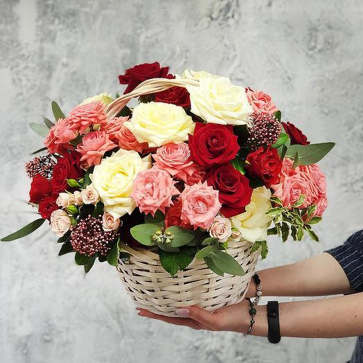 Романтичная корзина из роз и скимии