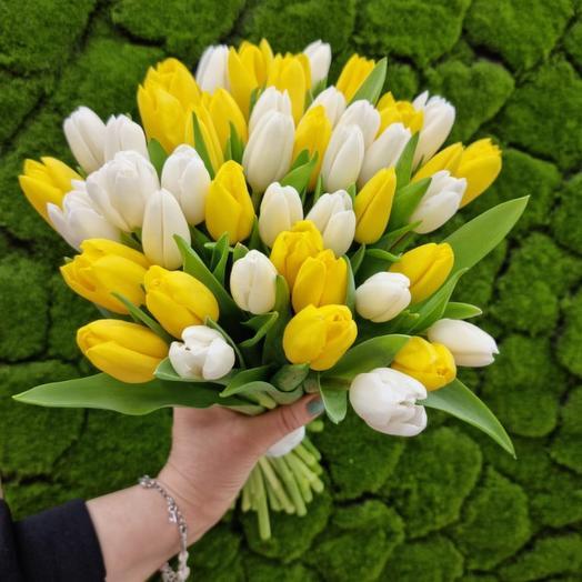 Яркий букет из желто-белый Тюльпанов
