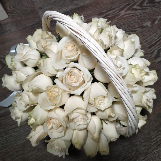 Корзина с белоснежными розами, 51 роза