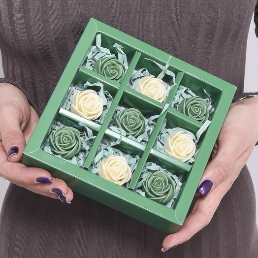 Зелёная мини-коробочка с 9 шоколадными розами (зелёные и белые) M9-Z-ZB
