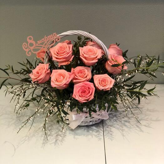 Корзина с цветами нежно розовые розы с ароматной генистой