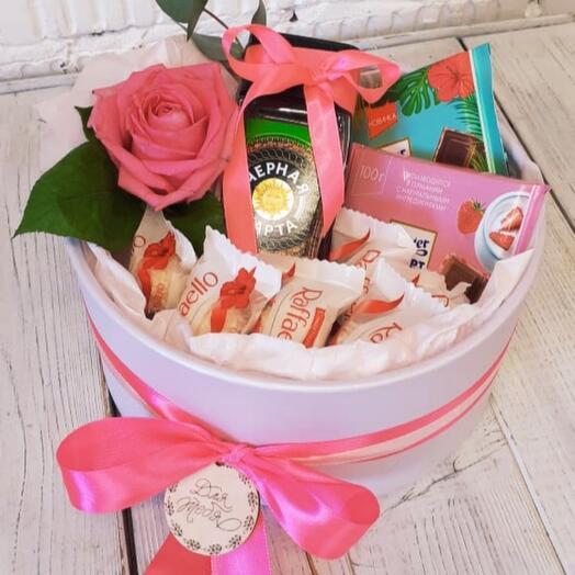 Коробочка с кофе и сладостями