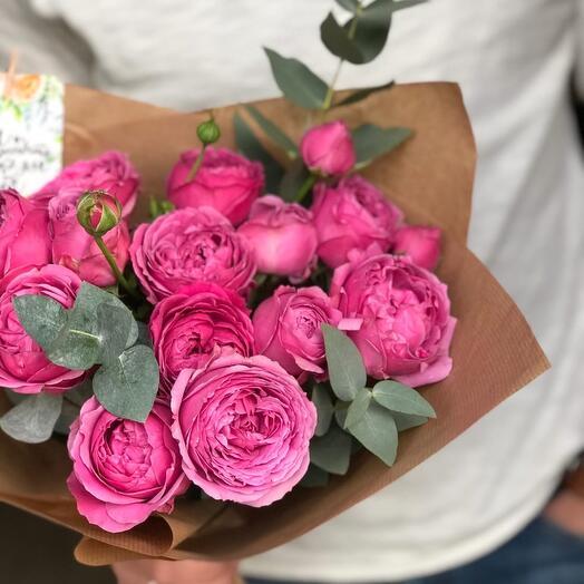 Букет из кустовых пионовидных роз с эвкалиптом