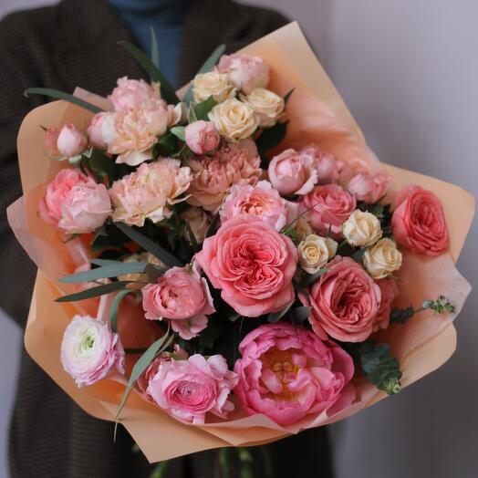 Абрикосовый букет с пионом и розой Джульетта