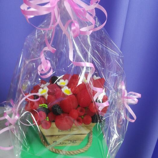 Корзинка с ягодами из мыла ручной работы