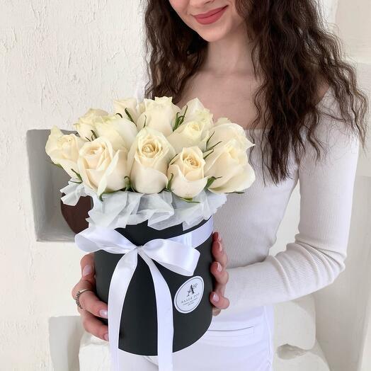 Букет из 21 белой розы в шляпной коробке