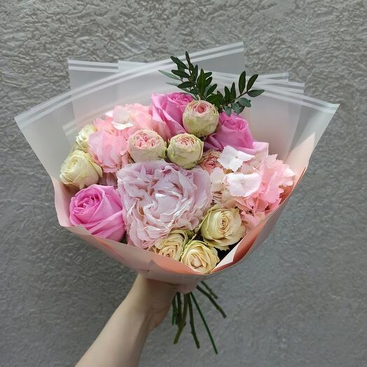 Нежный с пионом, гортензией и ассорти роз