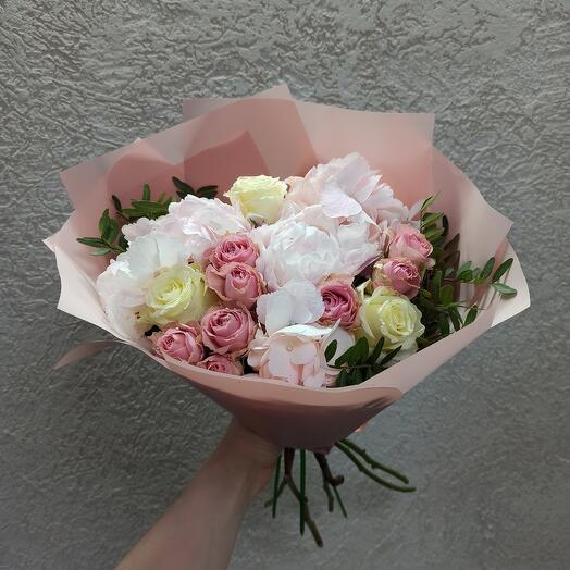 Нежность с пионом, гортензией и ассорти роз