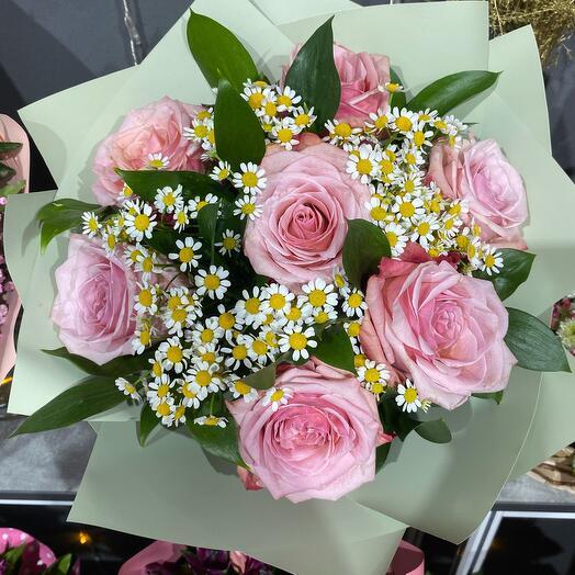 Букет с розовыми розами и ромашкой