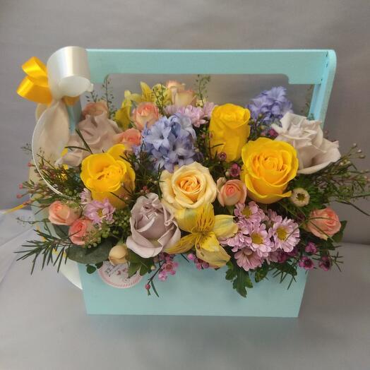 Ящичек с розами и гиацинтами