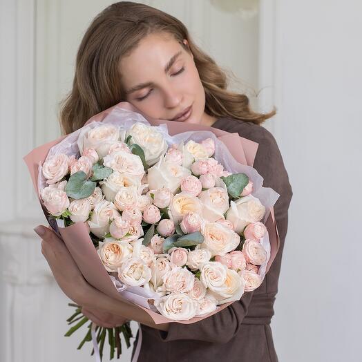 Авторский букет с парфюмированной пионовидной розой Эквадор