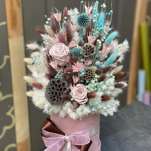 Композиция из сухоцветов и стабилизированных цветов в бархатной коробке