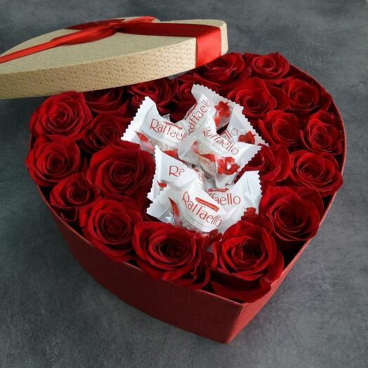 Сердце с  конфетами Рафаэлло и розами