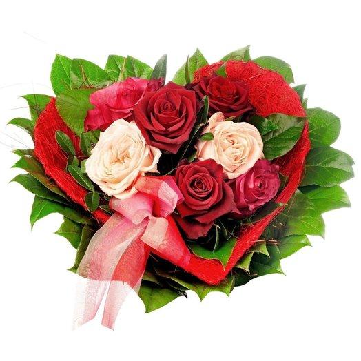Яркие розы в каркасе