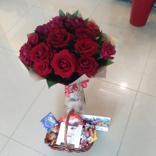 букет из 17 роз и корзина со сладостями