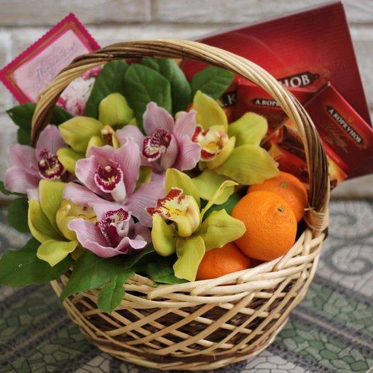 Корзина с живыми цветами фруктами и шоколадом: букеты цветов на заказ Flowwow