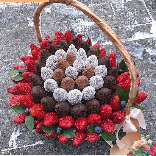 Большая корзина с клубникой: букеты цветов на заказ Flowwow