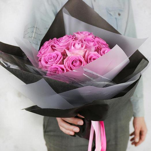 Стильный букет из розовых роз в оригинальной упаковке: букеты цветов на заказ Flowwow