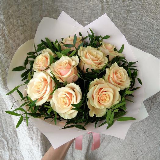 9 кремовых роз с писташем
