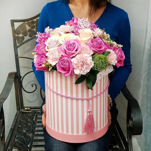 Шикарная композиция из роз, гвоздик и скимии в шляпной коробке