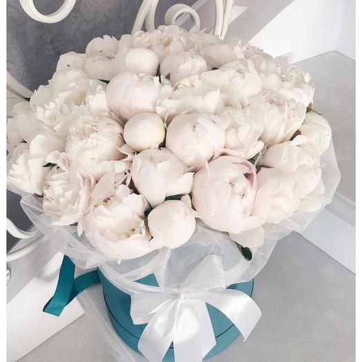 39 белых пионов в шляпной коробке: букеты цветов на заказ Flowwow