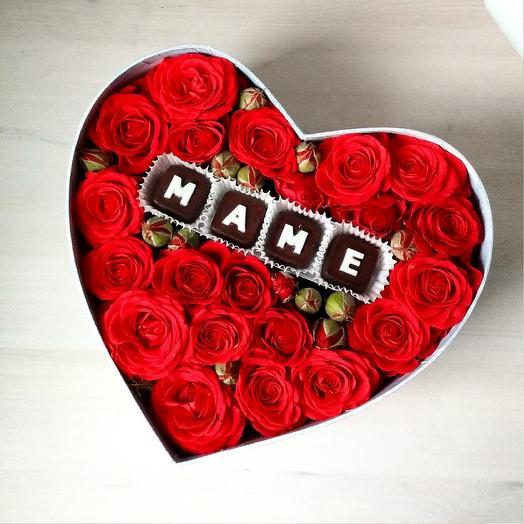 Коробочка с розами и шоколадными буквами Мама: букеты цветов на заказ Flowwow