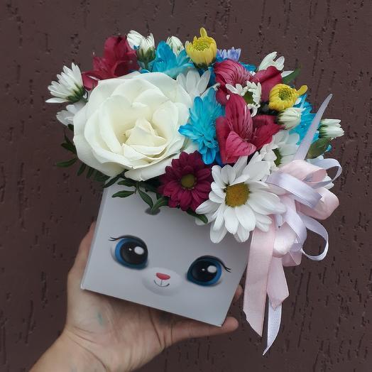 Композиция из цветов в веселой коробочке: букеты цветов на заказ Flowwow