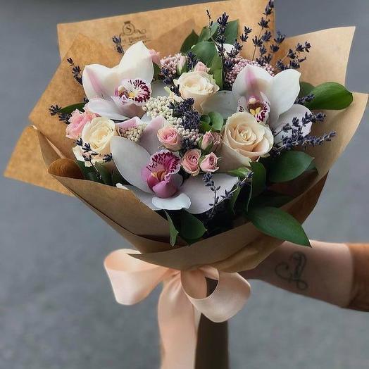 Оригинальный букет с орхидеей