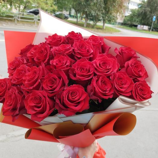 25 красных роз в стильном оформлении