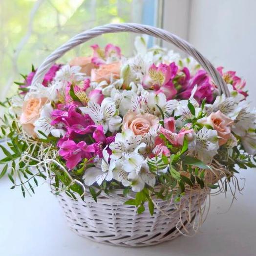 Корзинка с розами и альстромериями
