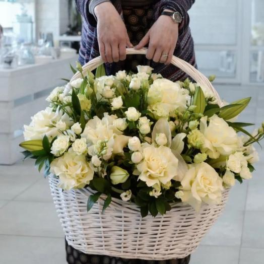 Корзина из белых роз и лилий