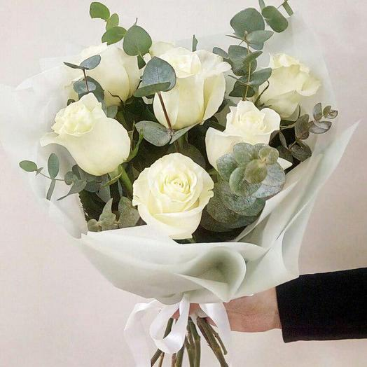 7 белых роз с эвкалиптом