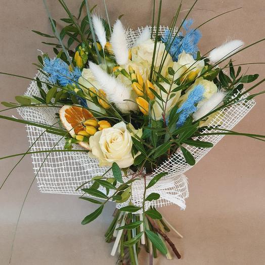 """Букет из белых роз, зелени и сухоцветов """"Ароматное утро"""""""