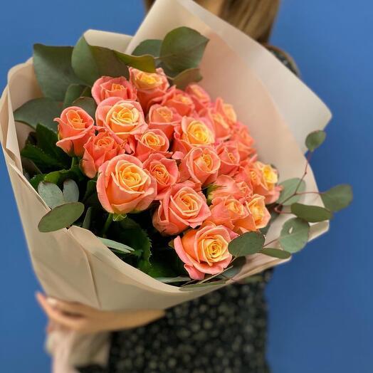 Букет из 25 персиковых роз зеленью