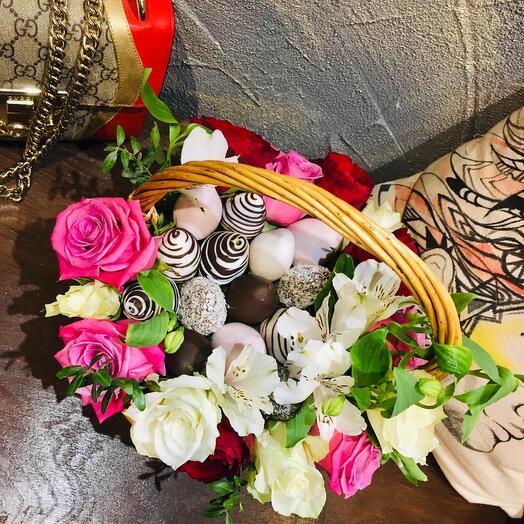 Корзина с клубникой и цветами «Сказка»