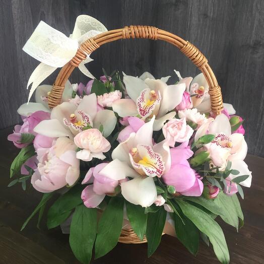 Корзина с пионами и орхидеей