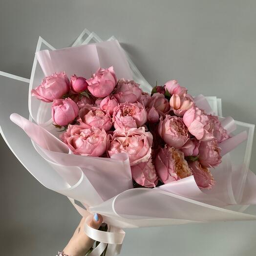 Букет из кустовой пионовидной розы