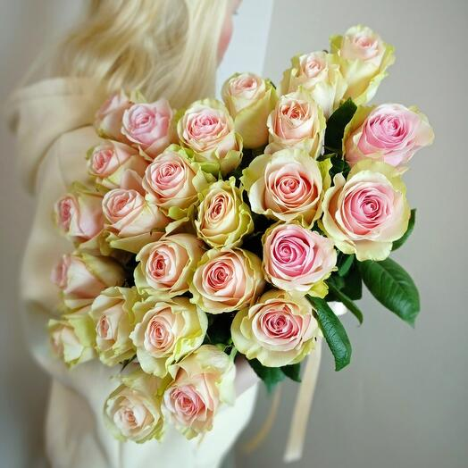 25 бело-розовых пионовидных роз