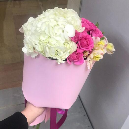 Воздушный  букет из гортензии, роз и альстромерии