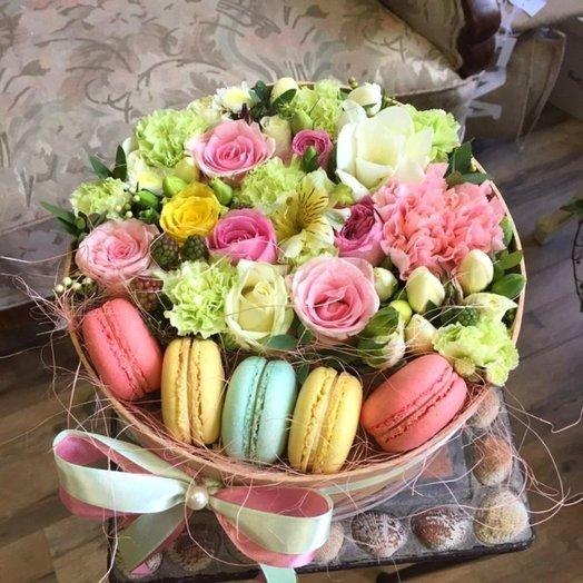 Круглая коробка с макаронс: букеты цветов на заказ Flowwow