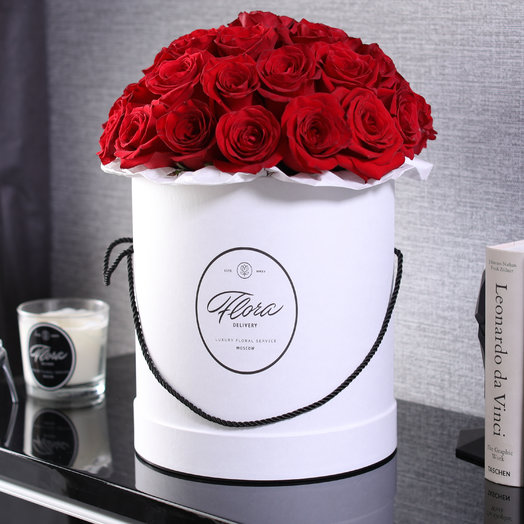 Розы Freedom в шляпной коробке Grand White