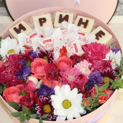 Композиция с цветами и вкусным шоколадом