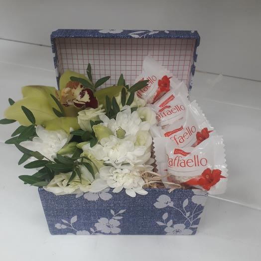 Коробочка-комплимент: букеты цветов на заказ Flowwow