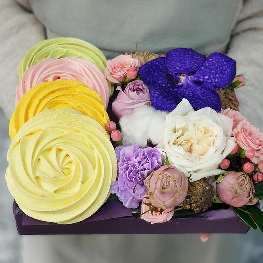 Композиция из роз, гвоздики, ванды с безе ручной работы