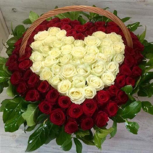 Корзина из 101 красной и белой розы в виде сердца: букеты цветов на заказ Flowwow